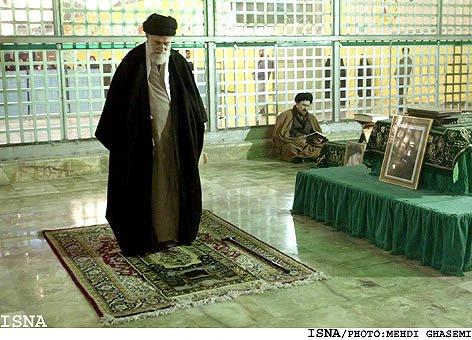 ayatollah-khamenei-sholat-di-depan-kubur-ayatollah-khomeini